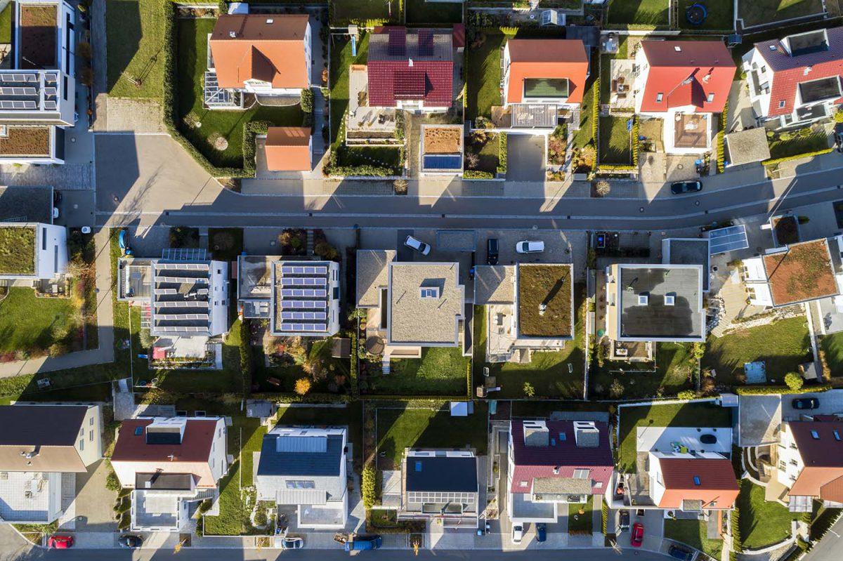 Photovoltaikanlagen auf Häusern von oben