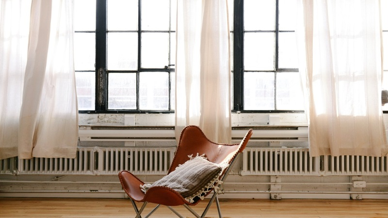 Sessel vor Fensterfront im Altbau