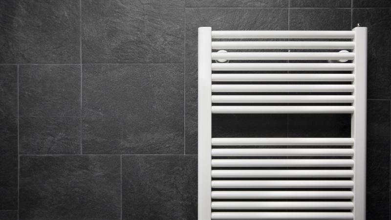 Röhren-Heizkörper an Badezimmerwand