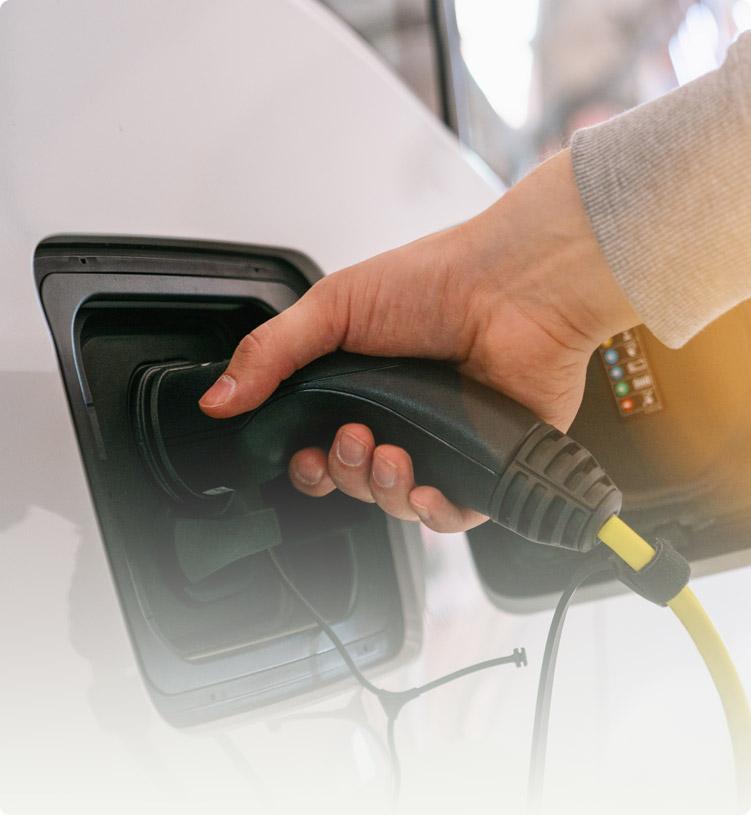 Ladevorgang eines Elektroautos mit Energie aus einem Batteriespeicher