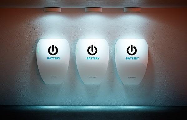 Drei Stromspeicher an Wand montiert