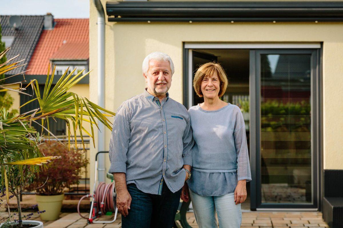 Ehepaar steht vor Eigenheim