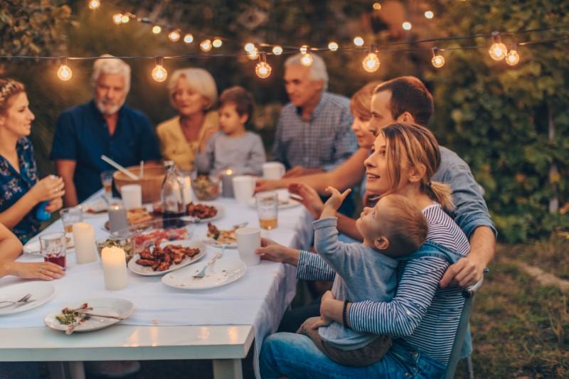 Familie im Garten bei Abenddämmerung