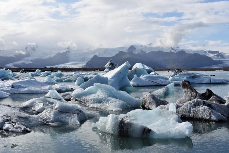 Eisberge im Meer vor Island