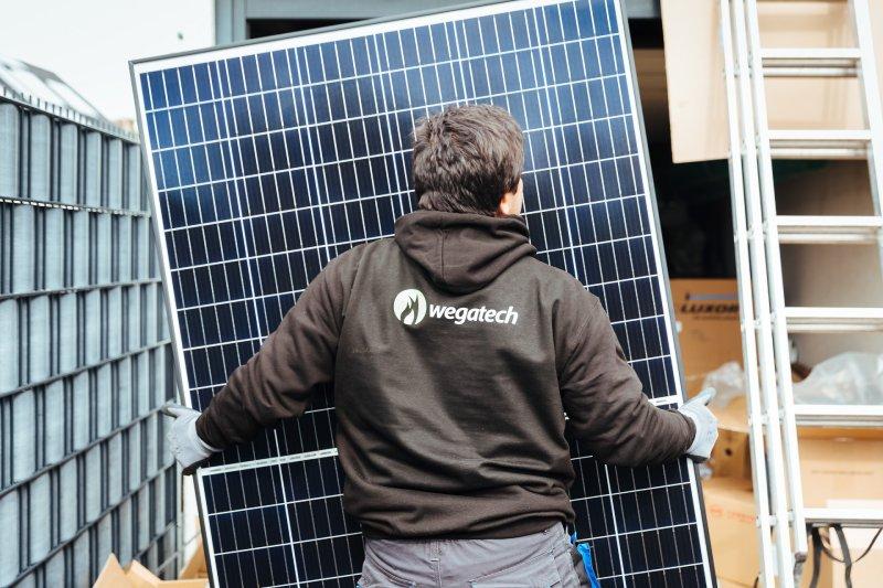 Wegatech Solarteur trägt Photovoltaikmodul
