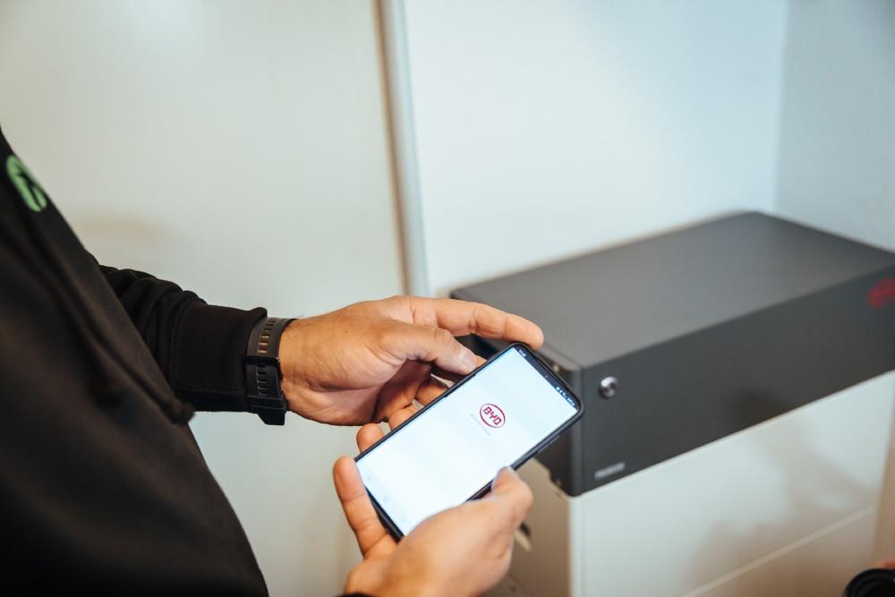 BYD Stromspeicher wird per Handy gesteuert