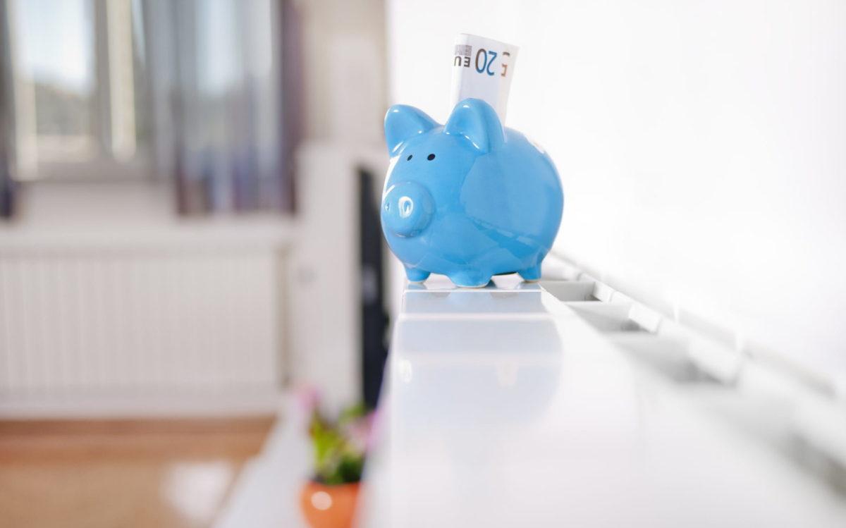 Sparschwein mit Geldscheinen auf Heizung