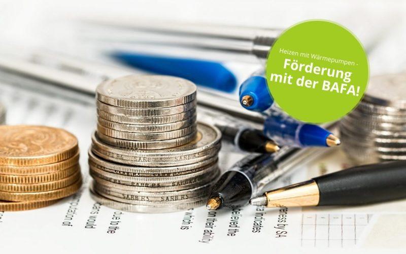 Nahaufnahme von Münzen und Kugelschreibern mit Störer oben rechts