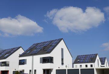 Häuserblock mit Solaranlage auf dem Dach