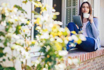 Frau am Fenster Garten