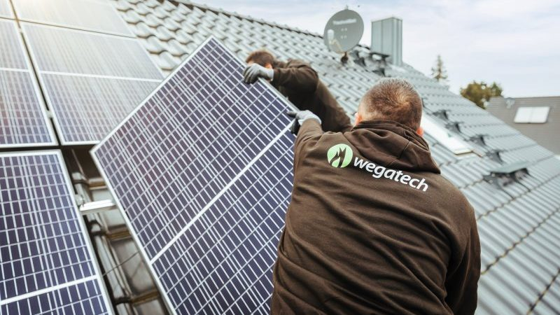 Handwerker montieren PV-Anlage auf Hausdach
